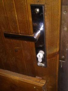 Na vložke z vnútornej strany dverí sa vytvorila námraza, keď bolo vonku -17 stupňov