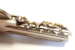 zúbky originálnych kľúčov - dokonalo rovné bez vrúbkov a niektoré bývajú poniklované